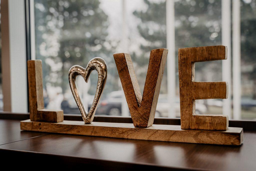 Das Foto zeigt das Wort Love und ist aus Holz gemacht